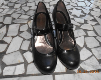Vintage pair of black womens high heel shoes size 7 Med