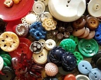 Vintage Buttons -  Great value-Huge lot 500+ ,celluloid, early plastic, cottage chic, pierced, house dress, some Colt  (lrg4)