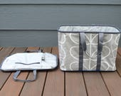 Collapsible tote in grey and white