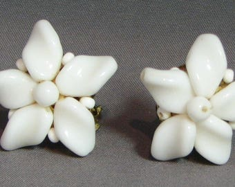 Vintage White Glass Flower Earrings 5672 Free Shipping