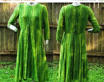 SALE 30% OFF 60s Dress in Green, Vintage Dress, Bohemian Dress with Long Sleeves / Green Dress / Spring Dress Size 10