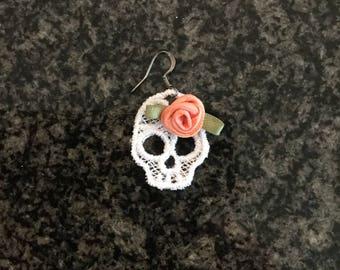 Skulls & Roses Lace Earrings, white/peach