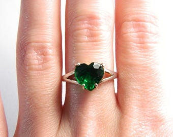 Vintage Sterling Silver Emerald Green Heart Band - Solitaire Ring - Faceted Glass Heart - Size 7 - ESTATE