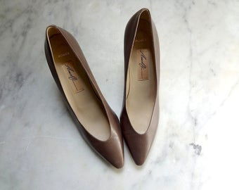 1980s Taupe Leather Pumps - vintage pointy toe high heels - dress or office shoes size 8.5 AAAA