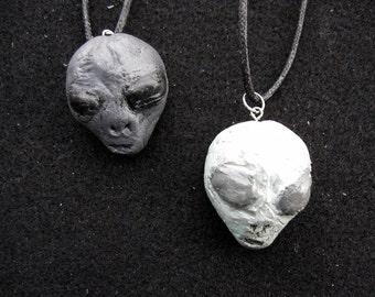 Alien pendant (gray or green)