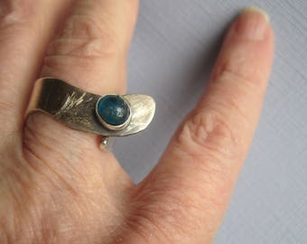 Blue Apatite Ring ./. Blue Stone Ring ./. Adjustable Ring ./. Contemporary Ring ./. Bague Pierre ./. Unique Swedish Ring ./. Artisan Ring