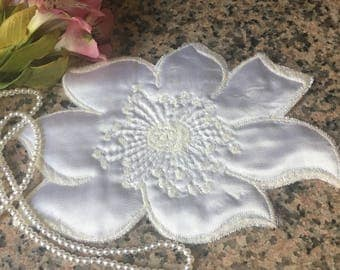 1 WHITE VINTAGE FLOWER applique
