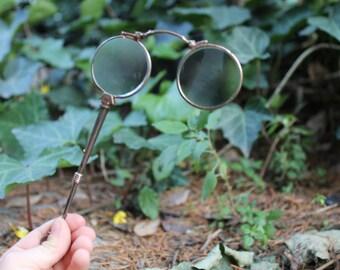 Originali eleganti occhiali a molla, pieghevoli. Vintage Lorgnette Fassamano ottone Lente ingrandimento. Occhiali lettura, periodo liberty