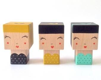 """Figurine Kokeshi cubique """"Pin-Up"""" style rétro robe bustier à pois + Bandeau cheveux - Peinte à la main"""