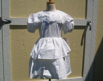 Vintage Girls Short White Dress w Peplum Size 7, Puffy Sleeves,Textured Fabric, Lace Collar Applique, Retro First Communion Gown,White Dress