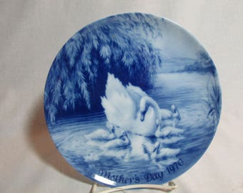 Mother's Day 1970 Mother swan and cgynets Blue & white collector's plate Royale Blue Winter China