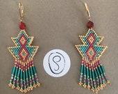 Boucles d'oreilles pendantes triangles en perles miyuki tissées dans les tons doré turquoise et rouge