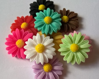 A Pack Of 10 Large Daisy Cabochons