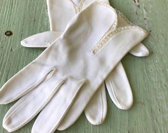 Vintage Gloves, Formal Gloves, Evening Gloves, Lace Gloves, Vintage Creme Gloves, Gloves, Vintage Gloves, Dress Gloves, 1940's, White Gloves
