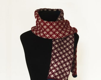 Scarf woven in 100% merino wool. Jacquard flower of life.