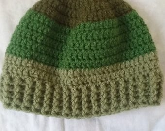 Men's beanie hat in different shades of green with ribbed edging