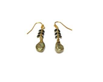 Green natural pearl earrings / Dainty earrings / Modern earrings / Freshwater cultured pearl earrings / Summer earrings / Delicate earrings