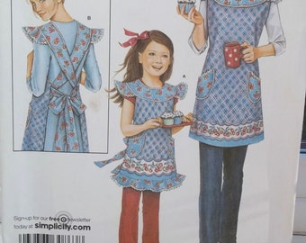 Simplicity 3701 Sewing Pattern, Daisy Kingdom Bib Apron with Pockets, Criss Cross Back, Adult and Child Full Apron, Ruffled Hem UNCUT
