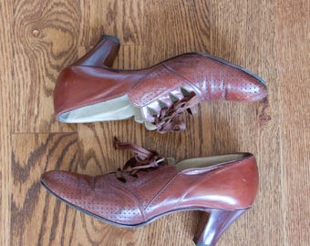 vintage 1930s brown perforated heeled oxfords / 30s Red Cross high heel oxford pumps / 7 AAA