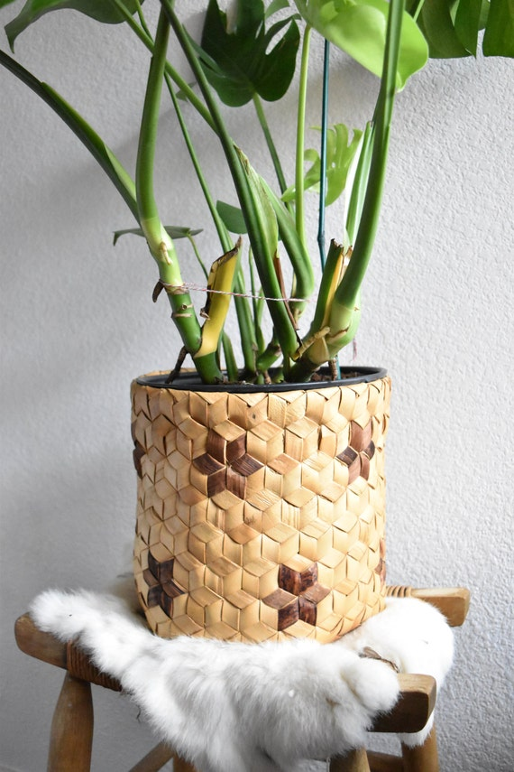 woven banana leaf straw basket planter / star pattern