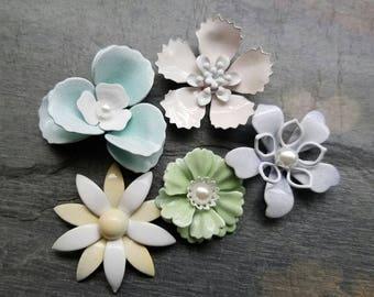 5 Mini Pastel Flower Brooches or Flatback Enamel Flower Embellishments Blue Green Yellow Lilac Pink Broach Small Metal Flowers Pins FLOT32