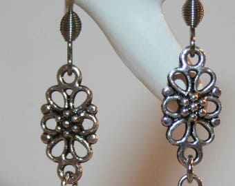 Earrings with flower-elements and pearl