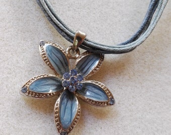 Charm necklace blue embedded flower charm pendant blue wire necklace