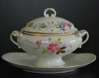 Vintage French porcelain de Paris  gravy boat or sauce dish, handpainted floral décor and gold features. Complet with lid. Soup tureen shape