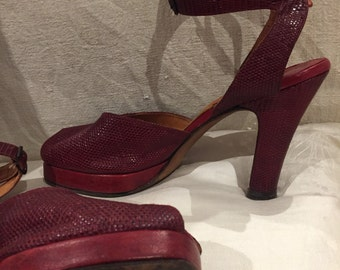 Bonwitteller 1940s vintage red lizard imprint leather peep toe platforms. Swing era