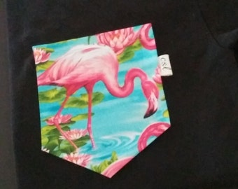 Unisex t-shirt with a pink flamingo pocket