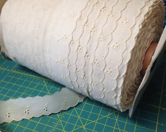 Embroidered ECRU Off-White Floral 1 in Scallop Edge Flat Lace Trim. 20 yards. NOS