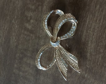 Golden ribbon broche