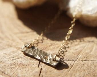 Kleine ursprüngliche Halskette / 14 Gold gefüllt / gehämmert Bar / Brautjungfer Geschenk / zierliche Schmuck / Geschenk für ihr / Customed Schmuck