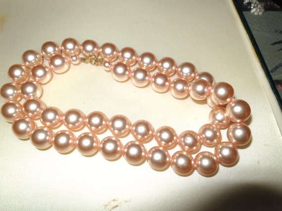 Lovely vintage 1960s 12mm high lustre pink glass pearl necklace 24 inches