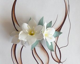 Beach wedding, White floral headpiece, Bridal hair comb, Wedding hair combs, White tropical flowers, Eucalyptus leaves, Floral hairpiece