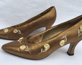 SALE Vintage 50s Gold Heels/Vintage Pumps with Cream Flowers/size 8