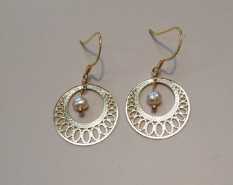 Golden filigree earrings with freshwater pearl