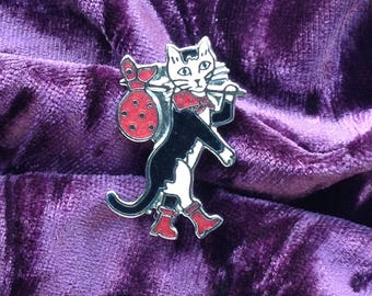 1990s silver/chrome coloured metal enamelled Puss in Boots Cat Brooch/Pin/Badge
