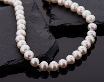 White Freshwater pearl necklace with magnetic clasp and very special shine//pearl jewelry//Pearls white//Gifts for women//Valentine's Day