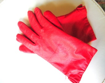 Classy vintage 80s red, textured , genuine leather gloves.Made by Fownes. Size7.
