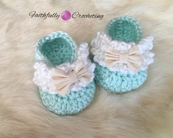 Newborn girl booties... crocheted shoes.. ready to ship.. baby shower gift.. little bow shoes.. dress shoes