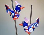 PATRIOT paar w/Muschi Hüte: Paisley-winged Volkskunst Küken (2 Kugeln insgesamt)--Handmade Lampwork Glasperlen von Patti Cahill