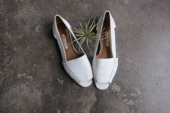 Vintage 80s White Leather Sandals Huaraches Woven Summer Beach Shoes Cut Out Leather Slip Ons Flats Women's size 8.5