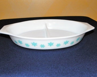 Pyrex Blue Snowflake Divided 1 1/2 Quart Baking Dish ~ MINT Great for two kinds of Dips!