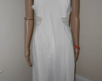 Lovely Off-White Slip w/Lace Accents - Size M