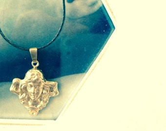 Art nouveau, modernismo, Jugendstil, Sezession, Liberty, Floreale, Arts and Crafts, Art Deco Maiden lady golden stamp necklace