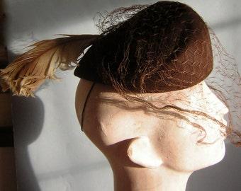 Vintage 40s Hat Tilt Fascinator with Net Veil & Feather - NEW YORK CREATIONS - Chocolate Brown Felt