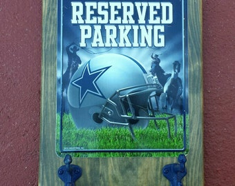 Free shipping!  Dallas Cowboys, keys or cap holder, rustic style, license plate with two hooks