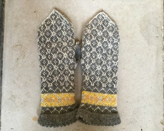 warm woolen mittens T R A D I T I O N A L in grellow