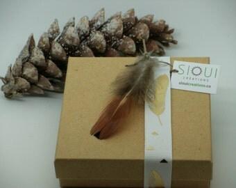 Boîte cadeau couleur nature, or avec ruban et plume/  natural color gift box with feathers